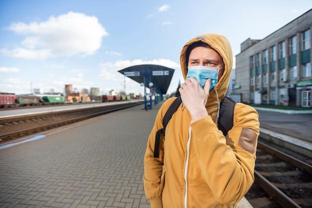 屋外サージカルマスクを持つ男