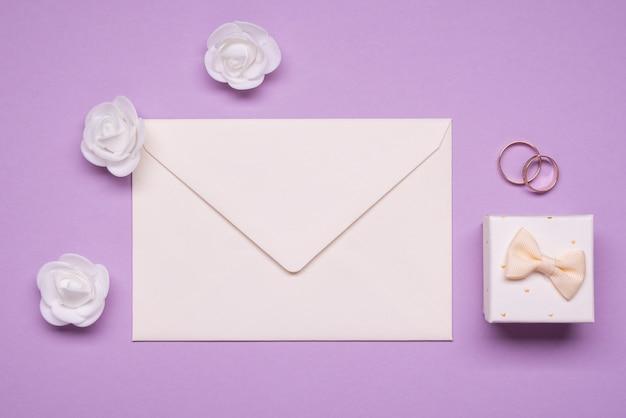 封筒とトップビュー結婚指輪