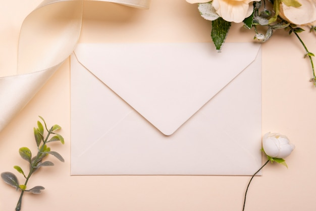 テーブルの上の文房具の結婚式の招待状