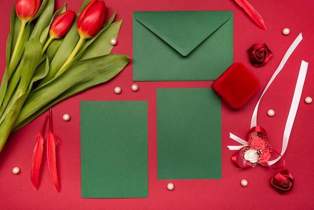 花とエレガントな結婚式の招待状