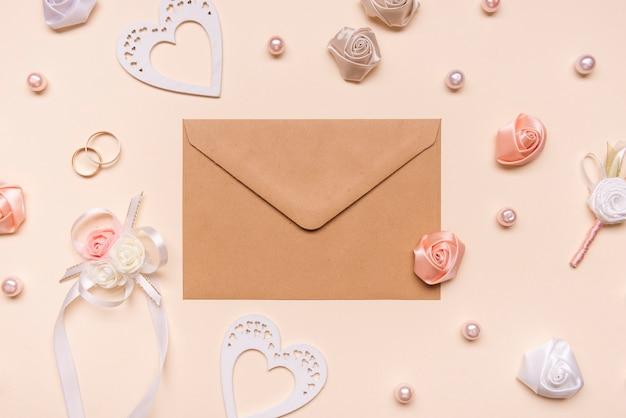 花に囲まれたトップビューの封筒