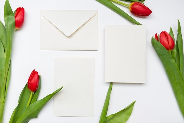 花を持つエレガントな結婚式の招待状