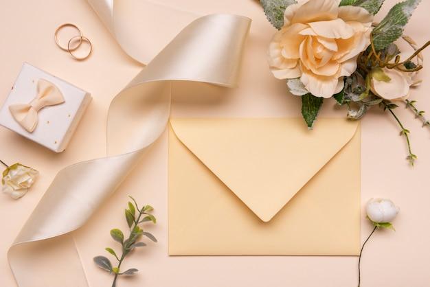 Вид сверху элегантный свадебный конверт с лентой