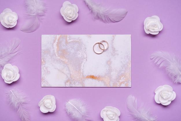 Вид сверху обручальные кольца на столе
