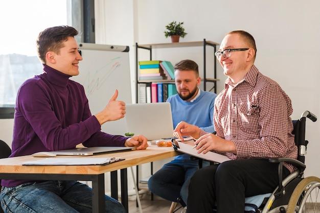 オフィスで一緒に働いている男性のグループ