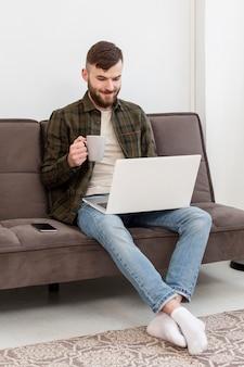 自宅で仕事を楽しんでいる成人男性