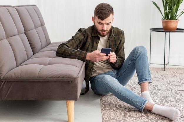 携帯電話を閲覧する若い男性の肖像画
