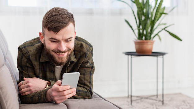携帯電話を閲覧する起業家の肖像画