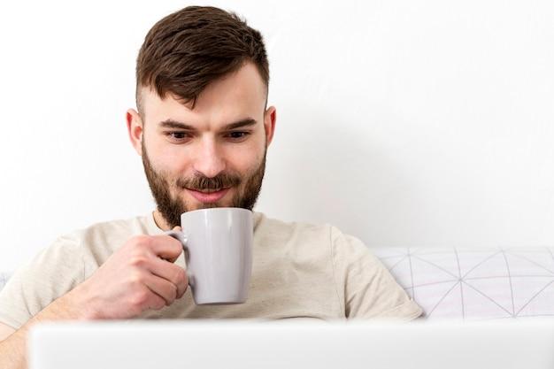 自宅で仕事を楽しんでいる若い男性の肖像画