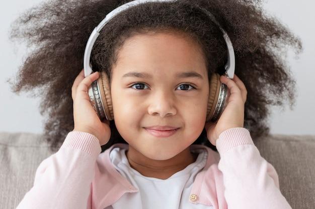 ヘッドフォンで愛らしい少女の肖像画