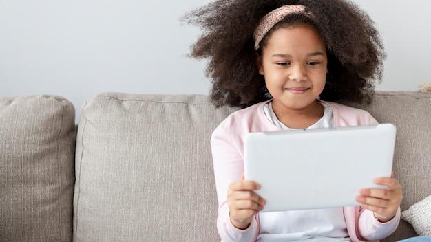 自宅で幸せな若い女の子の肖像画