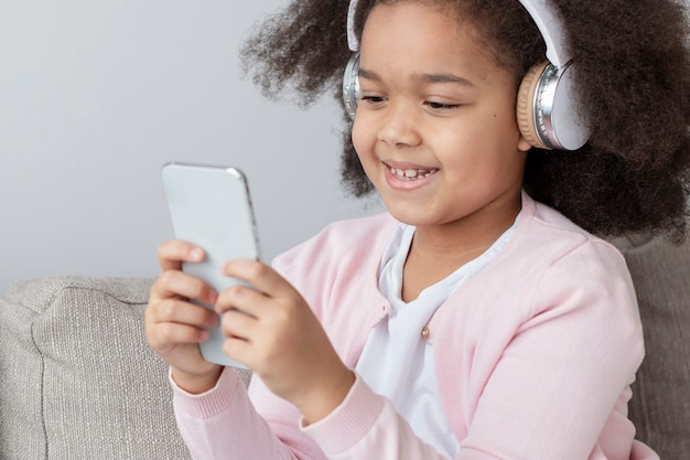 音楽を聴くかわいい若い女の子の肖像画