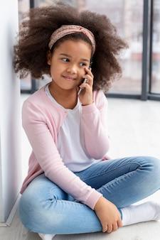 電話で話しているかわいい若い女の子の肖像画