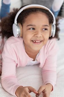 音楽を聴く愛らしい少女