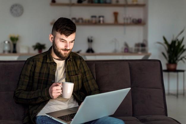 Молодой предприниматель рад работать из дома