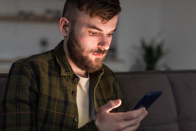 携帯電話を閲覧する大人の男性の肖像画