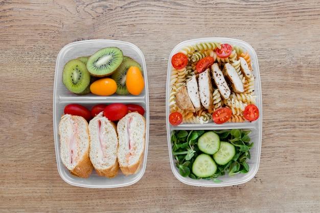 Выше вид сытной еды в контейнерах