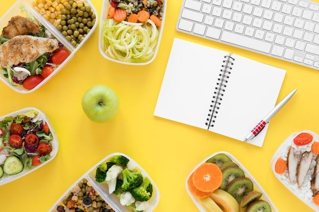 Вид сверху на ассортимент еды с клавиатурой