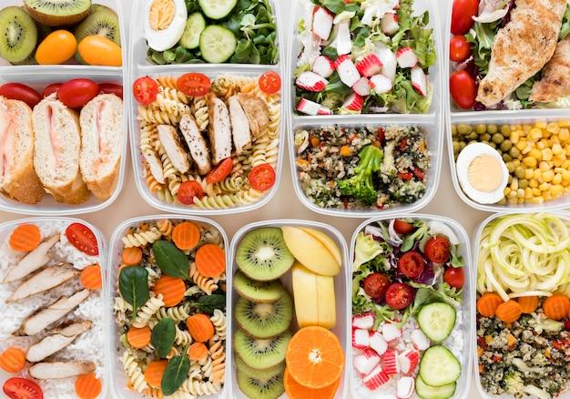 Вид сверху на ассортимент продуктов питания в контейнерах