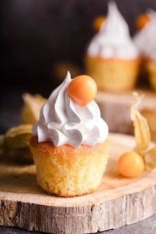 アイシングとフルーツのカップケーキのクローズアップ
