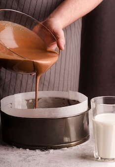 鍋に混合物を追加するコックの正面図