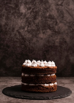 Вид спереди торта на шифер с копией пространства