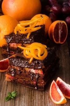 Шоколадный торт с мятой и фруктами