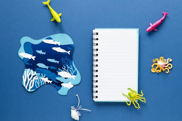 魚とノートブックのフラットレイアウト