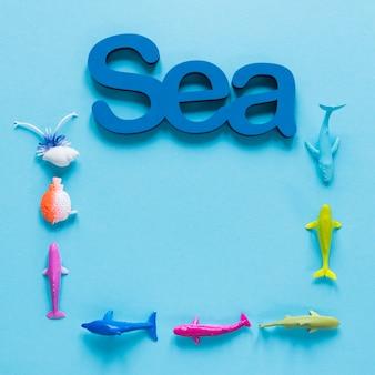 魚の置物と海のフラットレイアウト