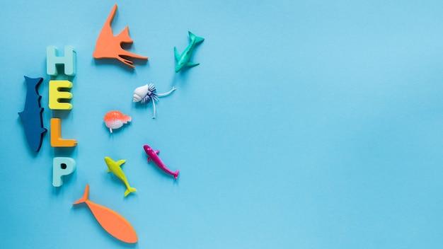 Вид сверху фигурок рыб с сообщением и копией пространства