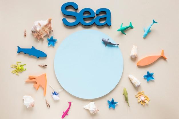 Вид сверху на фигурки рыб с кругом и морем