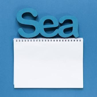 Вид сверху ноутбука с морем