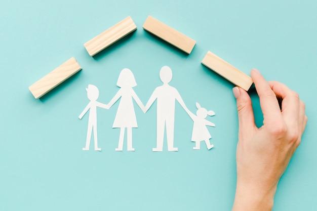 青色の背景に家族の概念のための構成