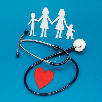 青色の背景に家族の概念の創造的な配置