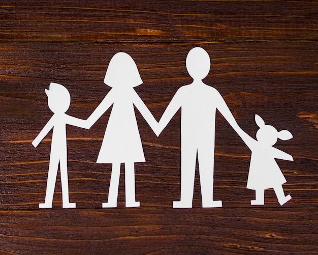 木製の背景の上から見るかわいい家族概念構成