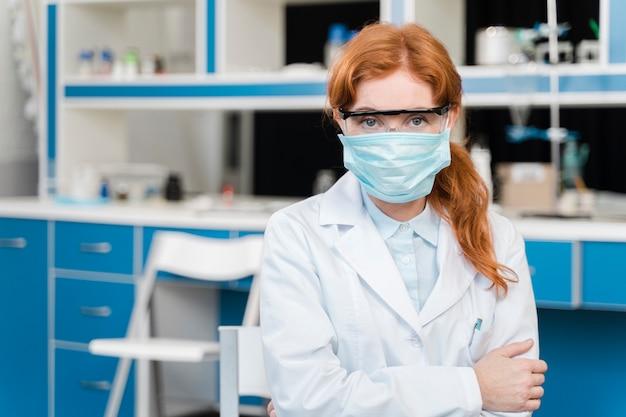 マスクを身に着けている若い女性研究者