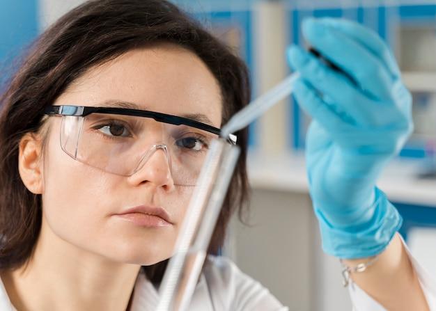 チューブを使用して若い女性研究者