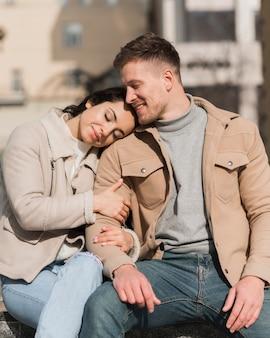 外を抱きしめるかわいいカップルの正面図