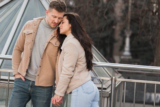 外で手を繋いでいるかわいいカップル