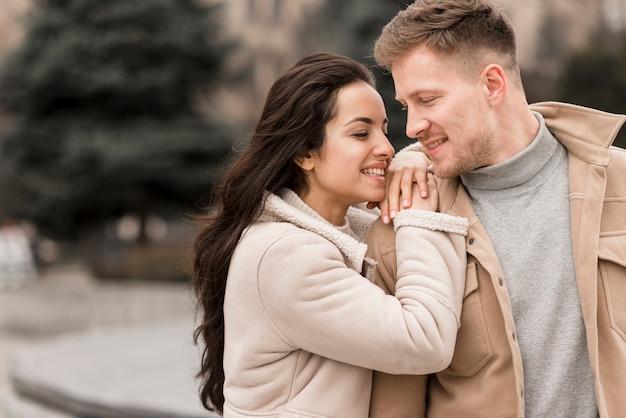 Мужчина позирует с красивой женщиной
