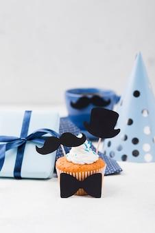 父の日とパーティーハットのためのおいしいカップケーキ