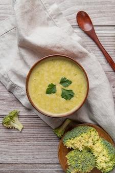 新鮮な自家製ブロッコリースープフラットレイアウト