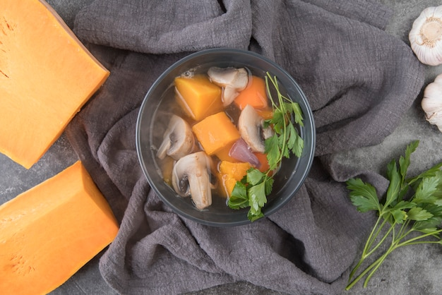 スープの材料とスープが付いた上面ボウル