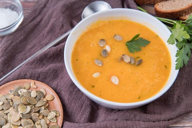 種子の高いビューのクリームスープ