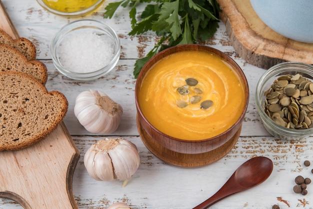 クリームスープとニンニクのボウル