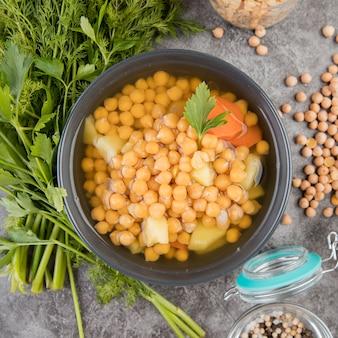 ひよこ豆の自家製スープのクローズアップ