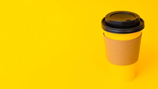 コピースペース付きのコーヒーカップ