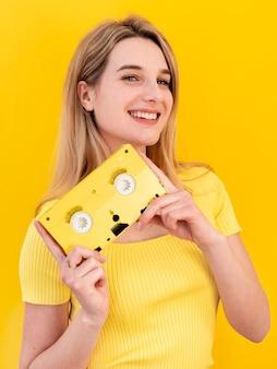 Счастливая женщина держит кассету