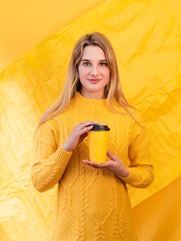 Средний выстрел женщина держит чашку