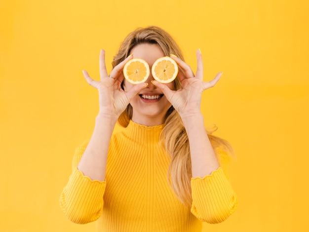 柑橘類とポーズの女性